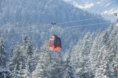 Cable car gondola of the Pilatus cable car moves uphill to the Pilatus mountain circa Lucern, Switzerland. — Foto Stock