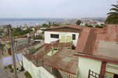 People enjoy the view to Valparaiso harbor from the residential area street in Valparaiso, Chile. — Zdjęcie stockowe
