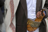 Man wears janbiya in Sana'a, Yemen. Janbiya is a traditional dagger and a mandatory attribute of Yemeni men's suit. — Stock Photo