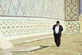 Man explores mausoleum of Khoja Ahmed Yasavi in Turkistan, Kazakhstan. — Foto de Stock