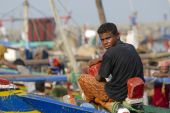 Fisherman sits at the front side of the fishing boat just arrived to the port in Al Hudaydah, Yemen. — Stock Photo