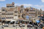 People walk by the street of Sanaa city in Sanaa, Yemen. — Stockfoto