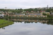 Residential area buildings reflect in Nidelva river on a cloudy day in Trondheim, Norway. — Stock Photo