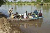 Passengers embark local ferry boat to cross the Blue Nile river in Bahir Dar, Ethiopia. — Stock Photo