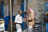 Men read newspaper at the street in Sanaa, Yemen. — Stock Photo