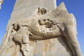 Bas-relief of a lion at the Gate of Nations of Persepolis in Shiraz, Iran. — Stock Photo