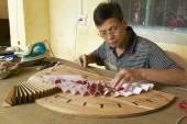 Man produces traditional Chinese fanin Yangshuo, China. — Stock Photo