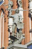 Statue of the knight defeating a dragon in front of the House of Blackheads in Riga, Latvia. — Stock Photo