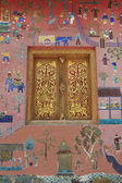 наружная стена с красивой мозаикой и золотом окрашенное окно павильона в xieng храме ремня в луангпхабанге, лаос. — Стоковое фото