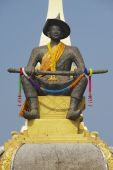 Statue of the King Chao Anouvong in front of the Pha That Luang stupa in Vientiane, Laos. — Zdjęcie stockowe