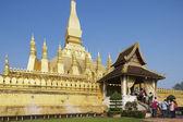 People visit Pha That Luang stupa in Vientiane, Laos. — Stock fotografie
