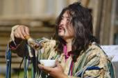 Chamán mongol realiza un ritual en Ulan Bator, Mongolia. — Foto de Stock