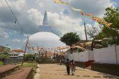 People go to the Ruwanwelisaya stupa in Anuradhapura, Sri Lanka. — Foto Stock