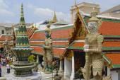 People explore Wat Phra Kaew complex in Bangkok, Thailand. — Stock Photo