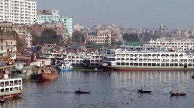 Residents of Dhaka cross Buriganga river in Dhaka, Bangladesh. — Stock Video