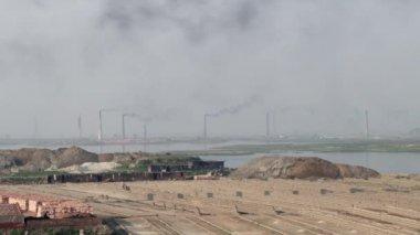 Polluting air brick factories pipes in Dhakka, Bangladesh. — Stock Video