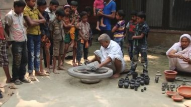 Man demonstrates traditional pottery production process in Tangail, Bangladesh. — Stock video