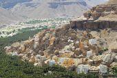 View to the town of Seiyun, Hadramaut valley, Yemen. — Stockfoto