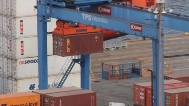 Crane moves cargo container at the port of Valparaiso in Valparaiso, Chile. — Stock Video