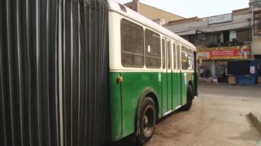 Old trolleybus move at the station terminal in Valparaiso, Chile. — Wideo stockowe
