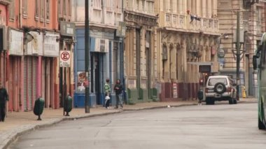 People pass by the street of the historic quarter in Valparaiso, Chile. — Stock Video