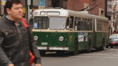 Old trolleybus passes by street in Valparaiso, Chile. — Stock Video