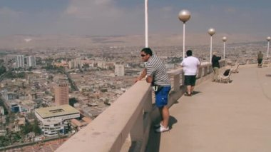 People enjoy the view to the Arica city from the Morro de Arica Hill in Arica, Chile. — Stock Video