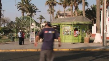 People walk by the street of Arica city, Chile. — Vídeo de stock