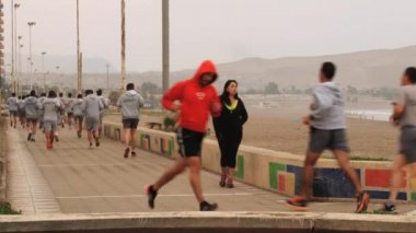 People from the Chilean army jogging by the sea side in Arica, Chile. — Stock Video