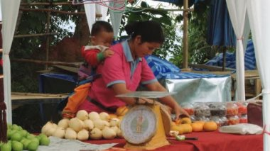 Woman sells vegetables at the market at Doi Mon Jam Royal Agricultural Station, Thailand. — Stock Video