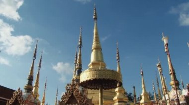 People walk by the Wat Phra Borommathat in Tak, Thailand. — Stock Video