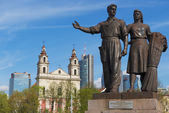 Exterior of the bronze sculpture of worker and farm woman in Soviet Realism style at the Green Bridge in Vilnius, Lithuania. — Stock Photo