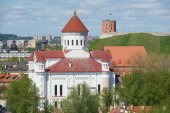 View to the Cathedral of the Theotokos with Gediminas tower and hill at the background in Vilnius, Lithuania. — Stock Photo