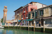 Lidé chodí na ulici v Murano, Itálie. — Stock fotografie