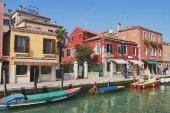 Mostra il canale, barche, edifici e persone presso la strada all'inizio della primavera a Murano, Italia. — Foto Stock