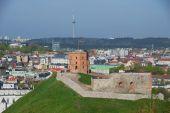 Ve a la colina de Gediminas y la ciudad de Vilnius en Vilnius, Lituania. — Foto de Stock