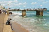 Il giovane si siede da solo al mare a Colombo, Sri Lanka. — Foto Stock