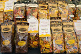 ROME, ITALY - APRILE, 6: Packaging with colorful and brown pasta on the market Campo dei Fiori, Aprile 6, 2013 — 图库照片