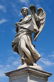 Statue of angel with wings on ponte San Angelo with blue sky background, Rome — Stockfoto