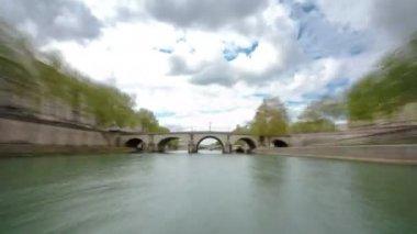 Paris. A excursão motor ship flutua para baixo do Rio Sena no timelapse de dia nublado Primavera — Vídeo stock