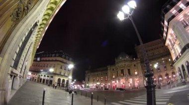 Provoz v ulici poblíž Opéra National de Paris v noci. Hyperlapse timelapse Grand Opera, Paříž, Francie — Stock video