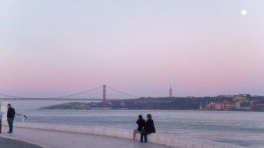 Bridge 25 de Abril on river Tagus at sunset, Lisbon, Portugal timelapse — Stock Video