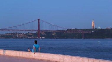 Bridge 25 de Abril on river Tagus at  twilight, Lisbon, Portugal timelapse — Stock Video