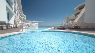Hotel small swimming pool with sunny reflections timelapse, Sesimbra, Portugal — Video Stock