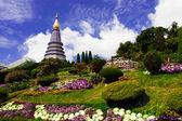 La Estupa de Phra Mahathat Naphamethanidon en Doi Inthanon, la montaña más alta de Tailandia, en medio de un hermoso jardín — Foto de Stock