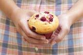 Cranberry muffin in woman's hands — Stok fotoğraf