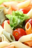 Rigatoni with tomatoes and lettuce — Stock Photo