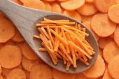 Grated carrots in a wooden spoon — Foto de Stock