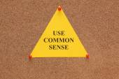 "Triangular paper note with the words ""use common sense"" — Stock Photo"