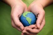Planet Earth in the woman's hands — Stock Photo